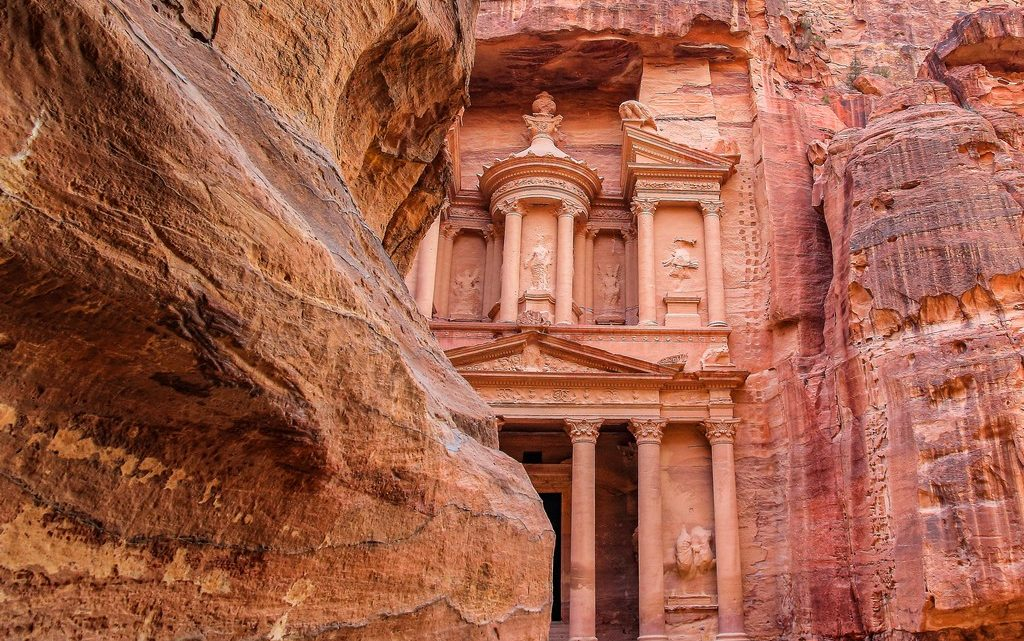 facciata del tesoro vista da dietro la roccia