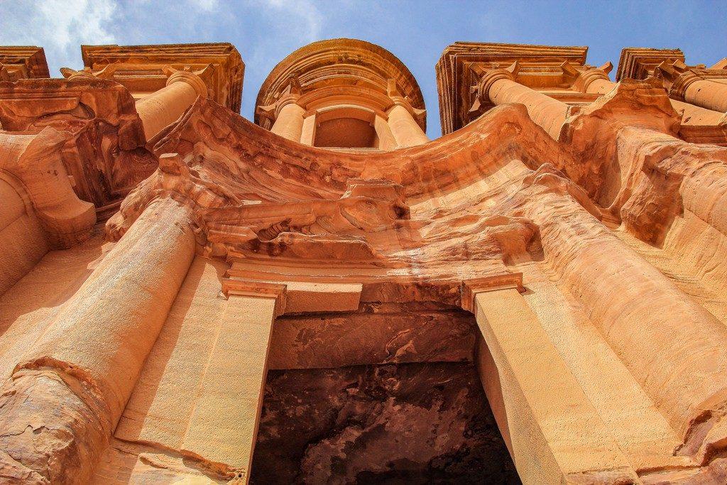 vista dal basso del monastero di petra