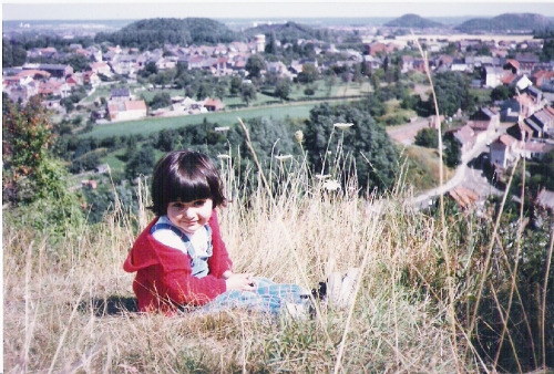 bambina seduta in cima al terril