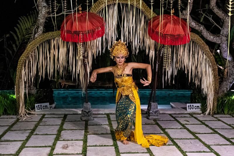 ballerina legong con sfondo ombrellini