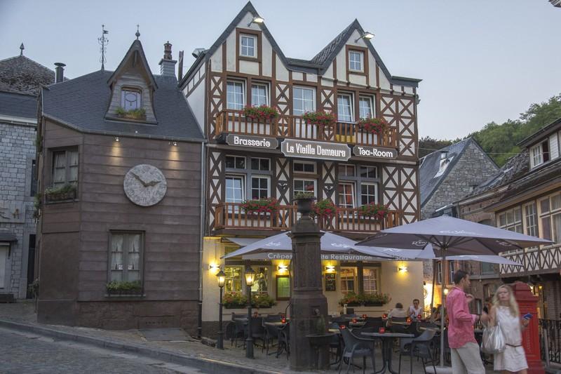 centro storico con brasserie e palazzi antichi e coppia in basso a destra