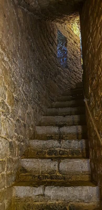 scalinata che sale nel buio
