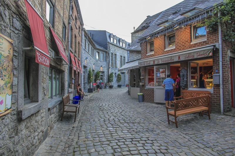 vista di un vicolo con ristoranti e panchine