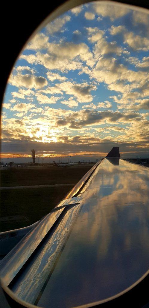 vista della pista di decollo al tramonto dall oblò dell aereo