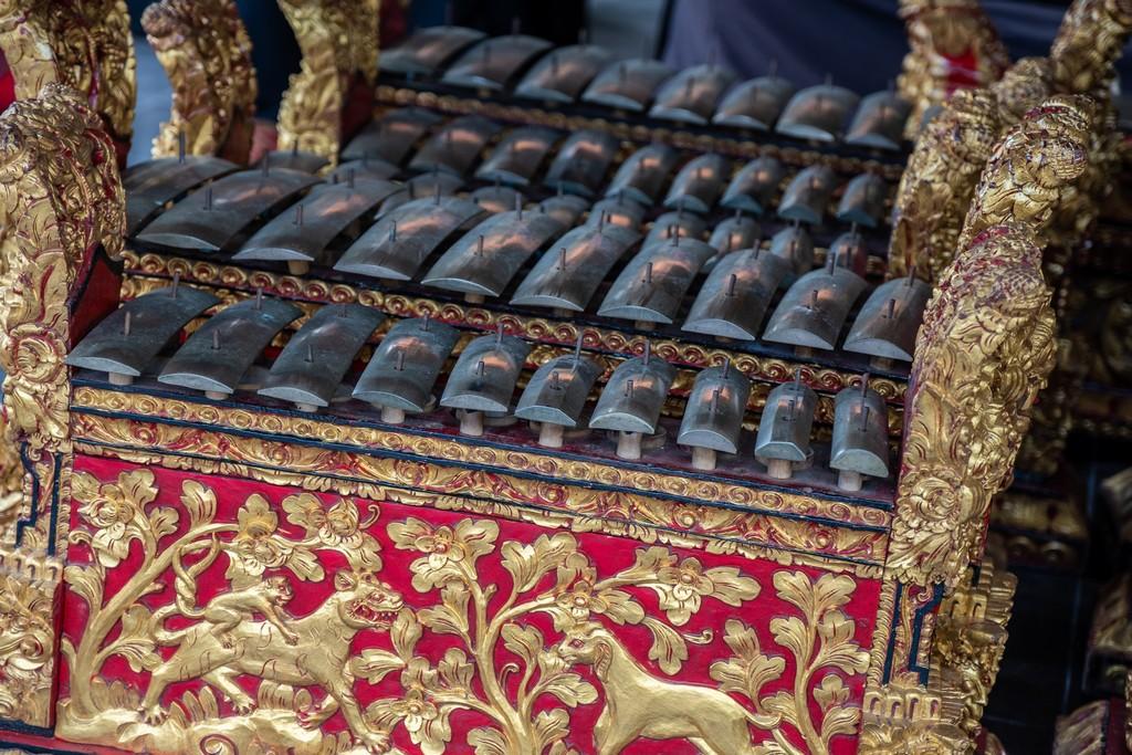 Guida alla danza balinese strumento a percussione per gamelan con decori dorati