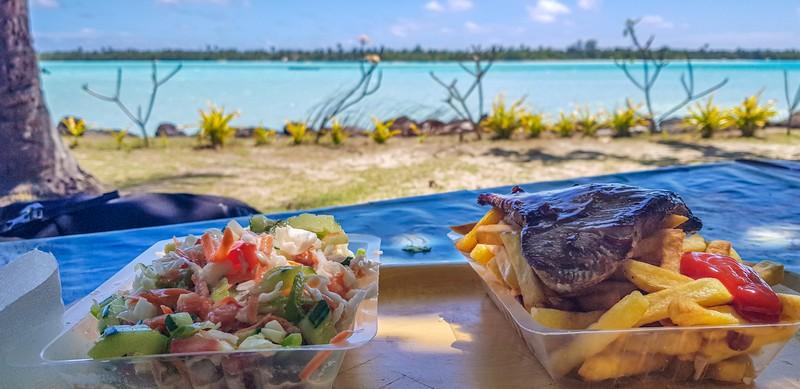 poisson cru e tonno grigliato con patatine di fronte al mare