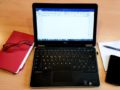 computer quaderno penna smartphone blocco su tavolo