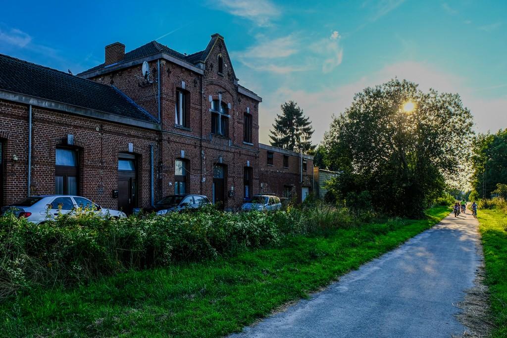 antica stazione ferroviaria ora diventata abitazione con albero e sole