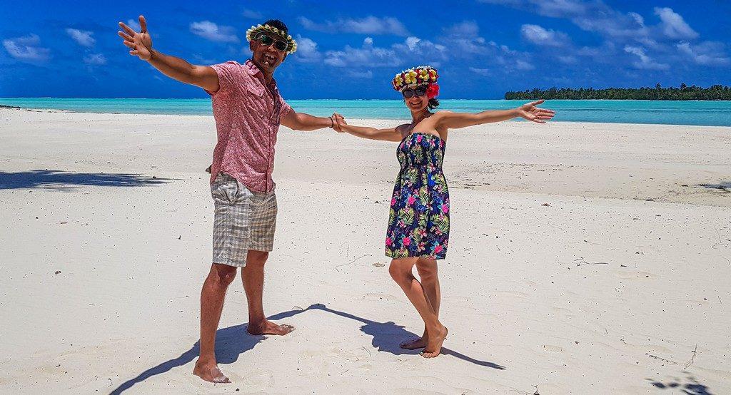 uomo e donna si tengono per mano in spiaggia