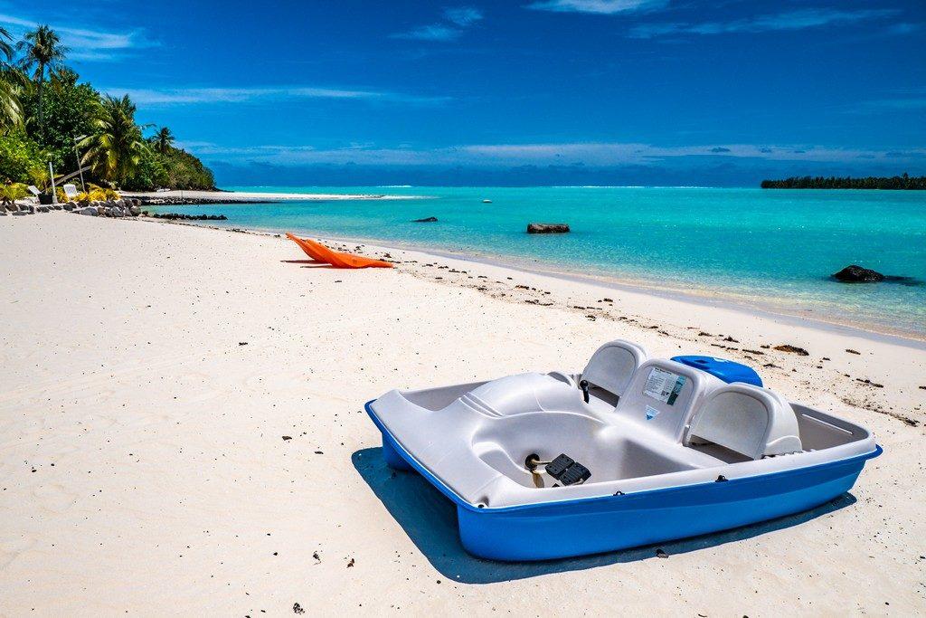 vista della spiaggia di tereia con sdraio e pedalo