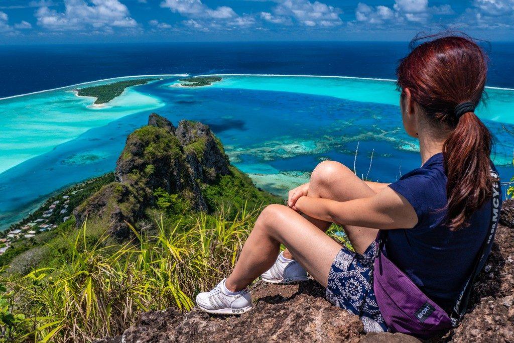 Maldive o Polinesia Francese donna guarda il mare dall'alto