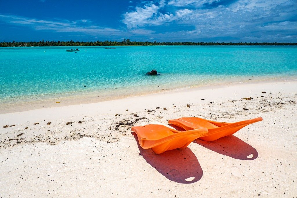 2 sdraio arancioni sulla spiaggia fronte mare