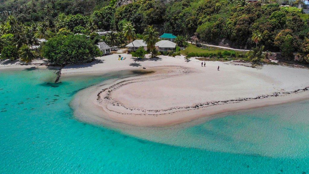 vista dall'alto della spiaggia di tereia davanti a maupiti residence