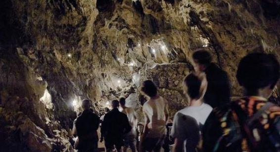 interno di grotta con persone
