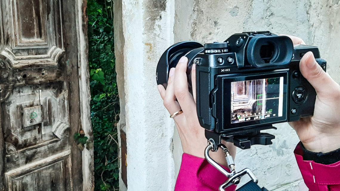 porta antica con macchina fotografica