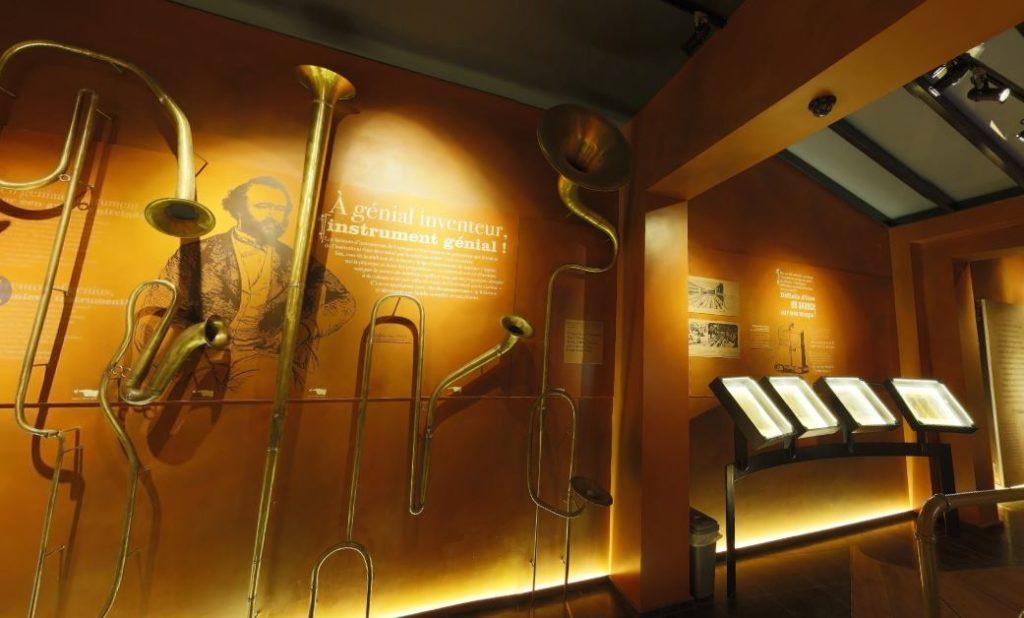 interno di un museo dedicato al sassofono