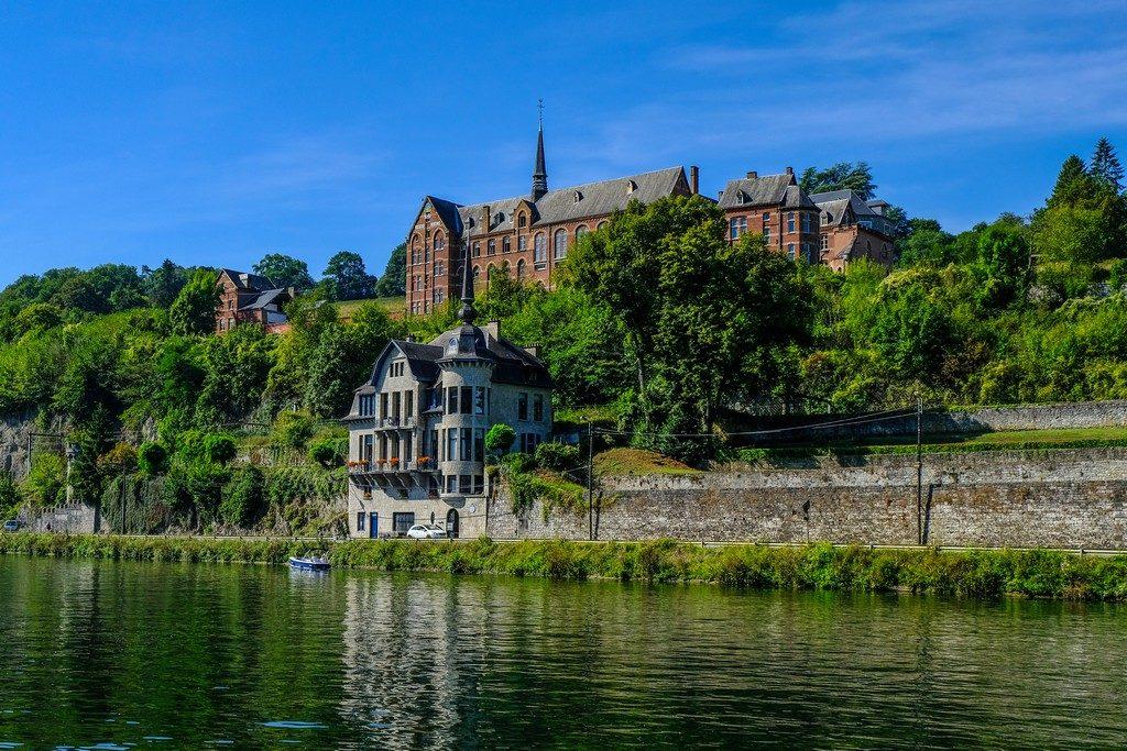 vista di un edificio storico dall'altra parte del fiume