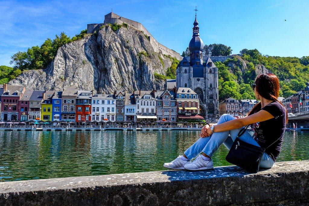 vista di una città sul fiume con cittadella e chiesa con persona