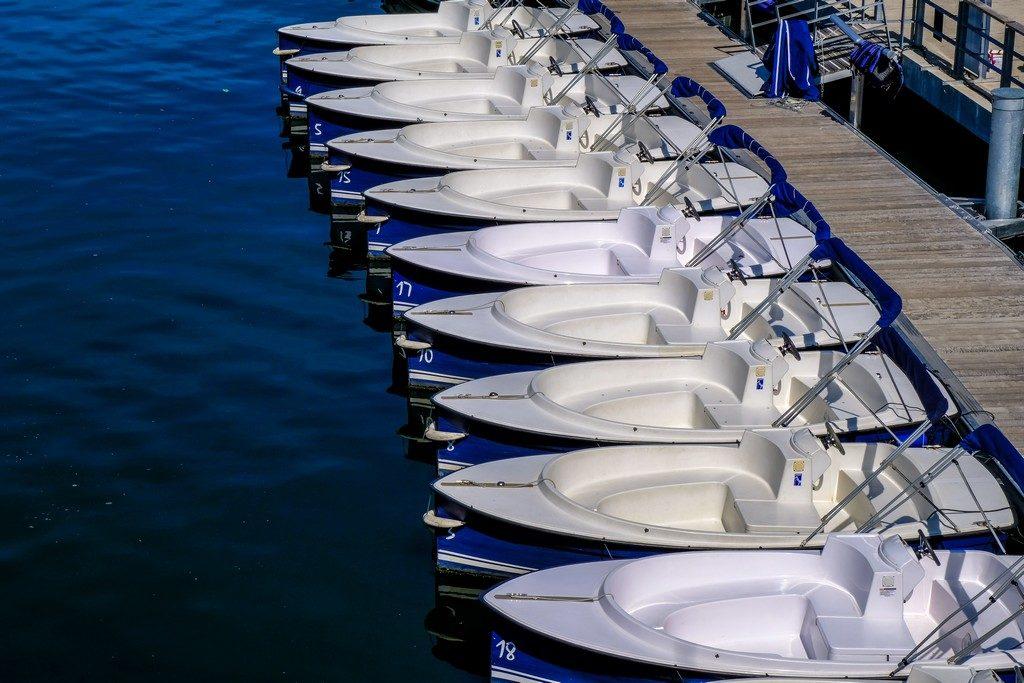 barche sulla banchina del fiume