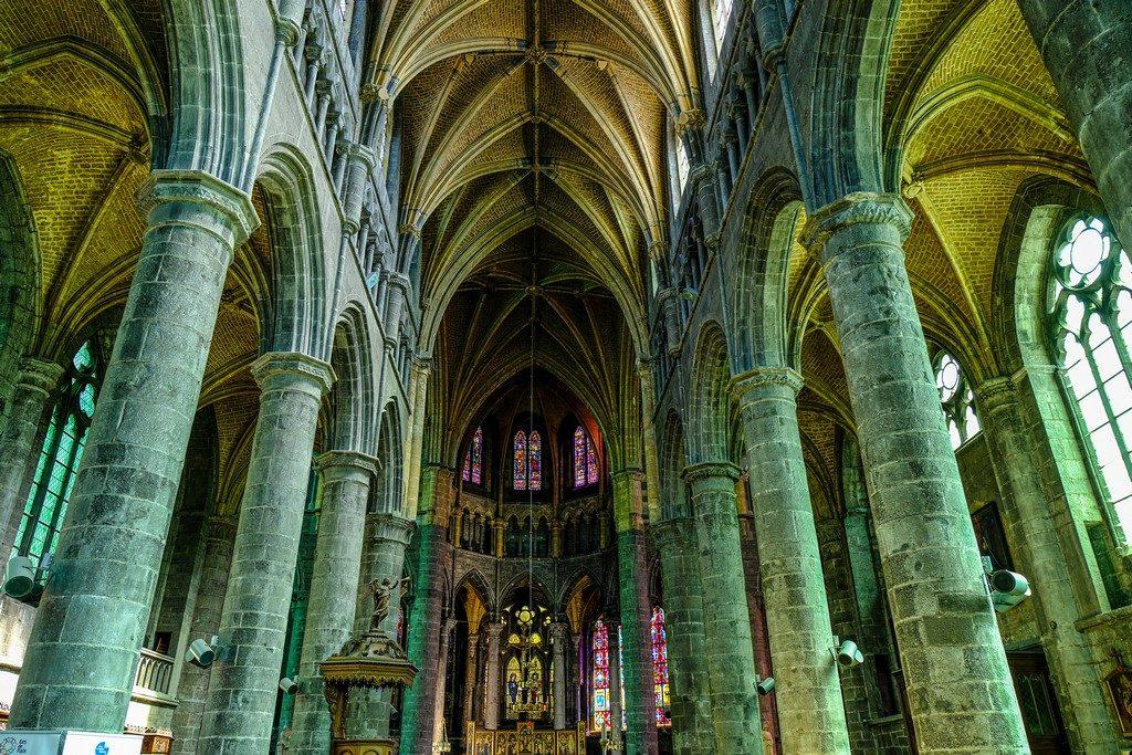 navata centrale di una cattedrale gotica
