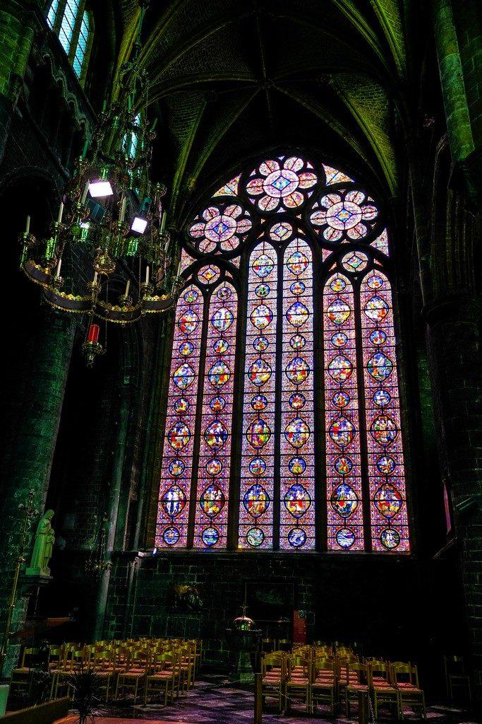 vetrata a tutta altezza colorata