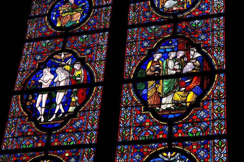 particolare del disegno di una vetrata colorata