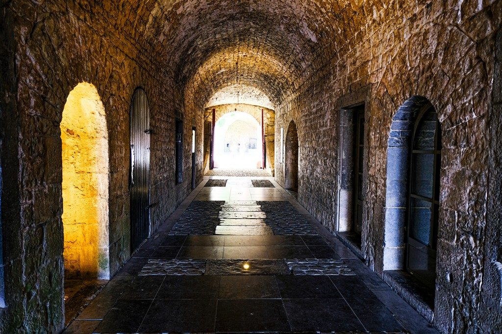 galleria con porte e ingressi e luce in fondo