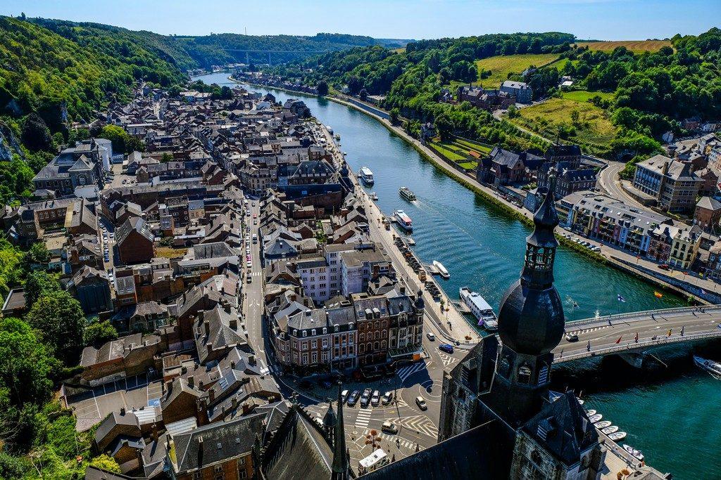 vista dall'alto della città con fiume e vegetazione