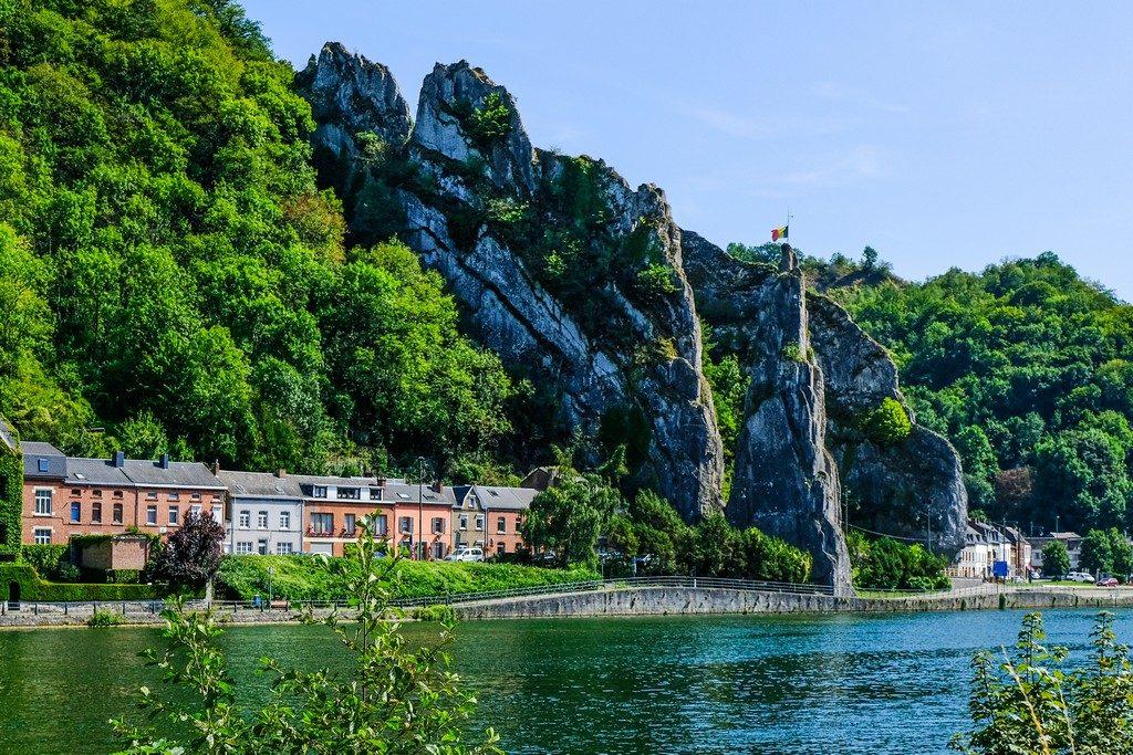 vista di uno sperone di roccia con bandiera dall'altra parte del fiume