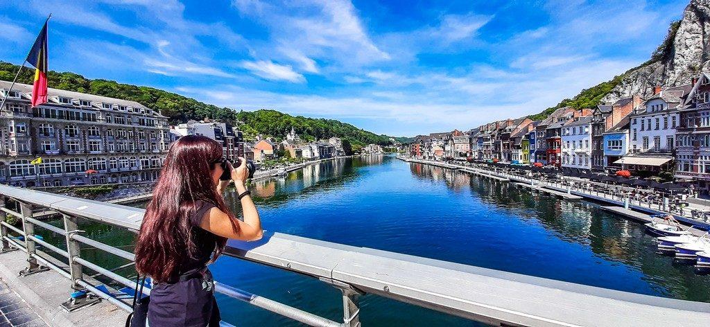 donna fotografa da un ponte sul fiume