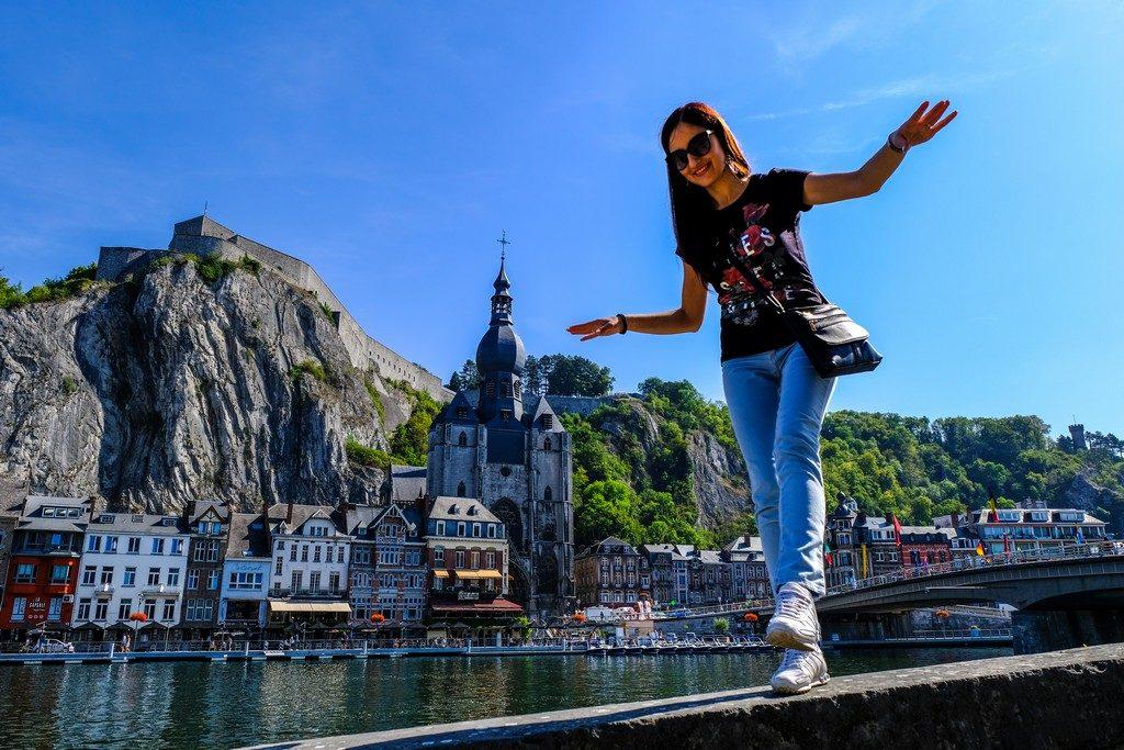 donna su un muretto con città vista sullo sfondo
