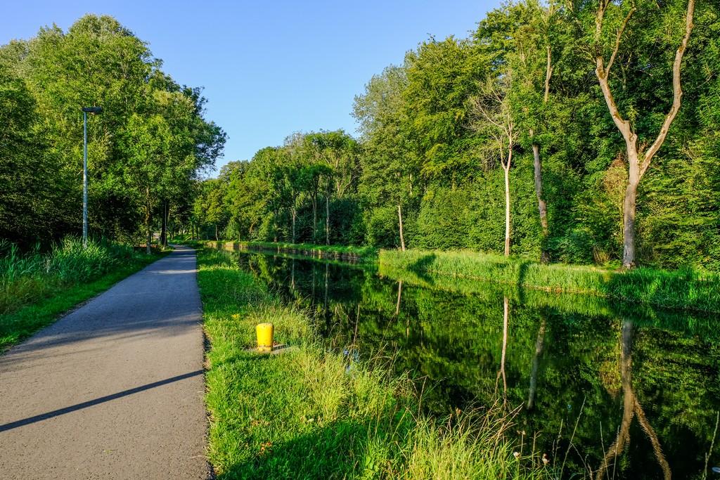 pista ciclabile costeggia il canal du centre historique all'altezza della cantine des italiens