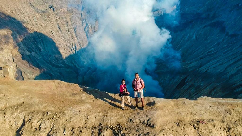 come visitare il Monte Bromo fai da te due persone sulla cresta del vulcano