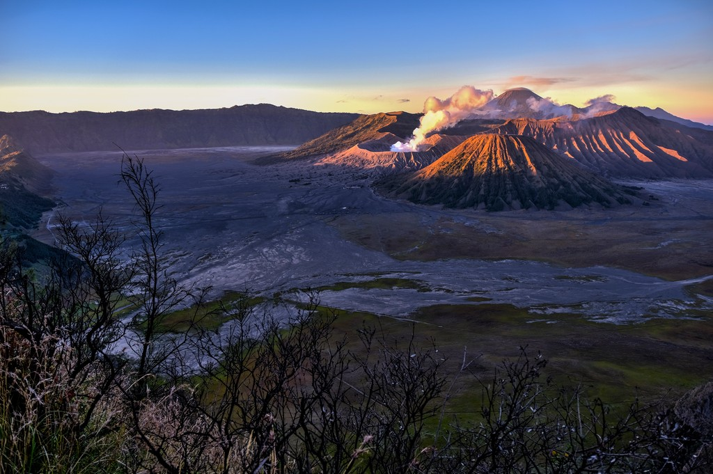 come visitare il Monte Bromo fai da te la luce illumina il monte bromo