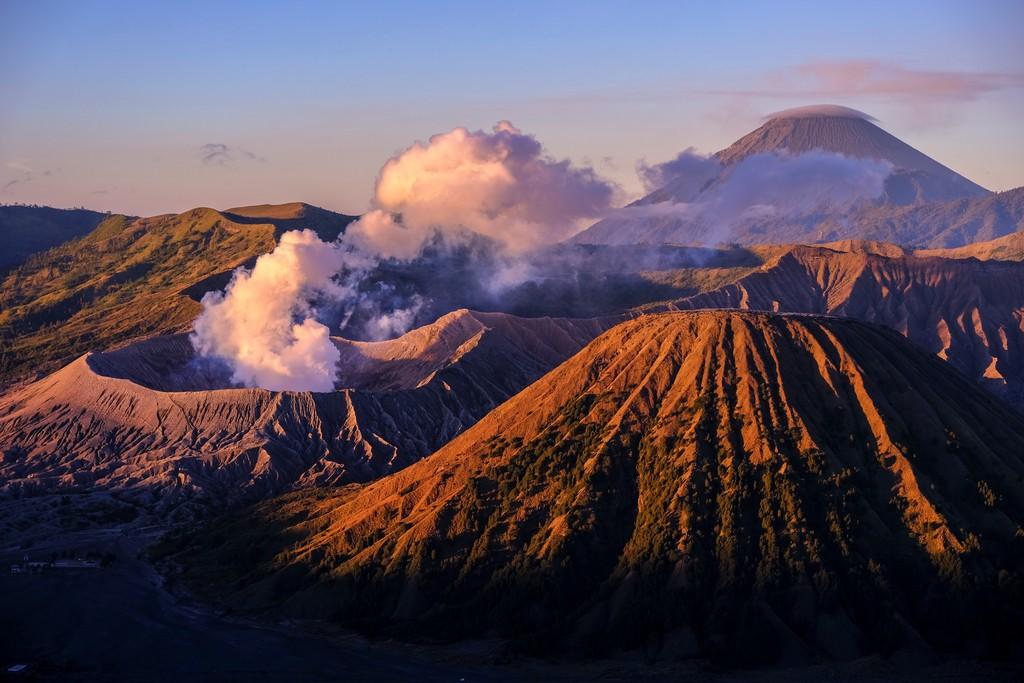 itinerario in indonesia 3 settimane zoom sul monte bromo che fuma all'alba