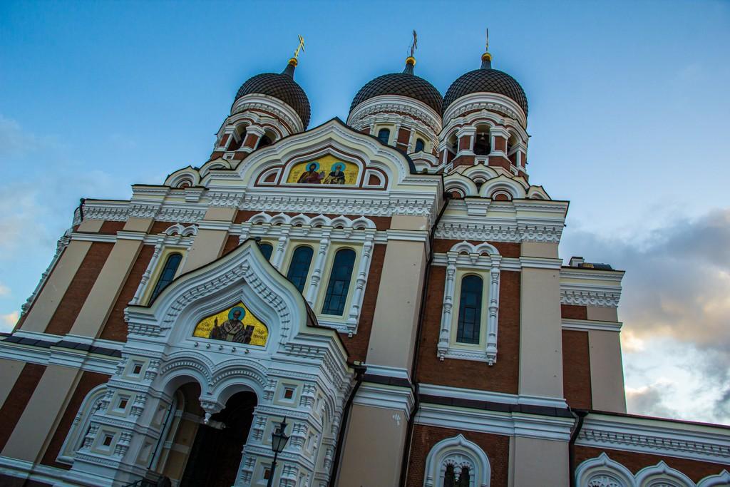 cattedrale ortodossa della città con cupole a cipolla su sfondo del cielo
