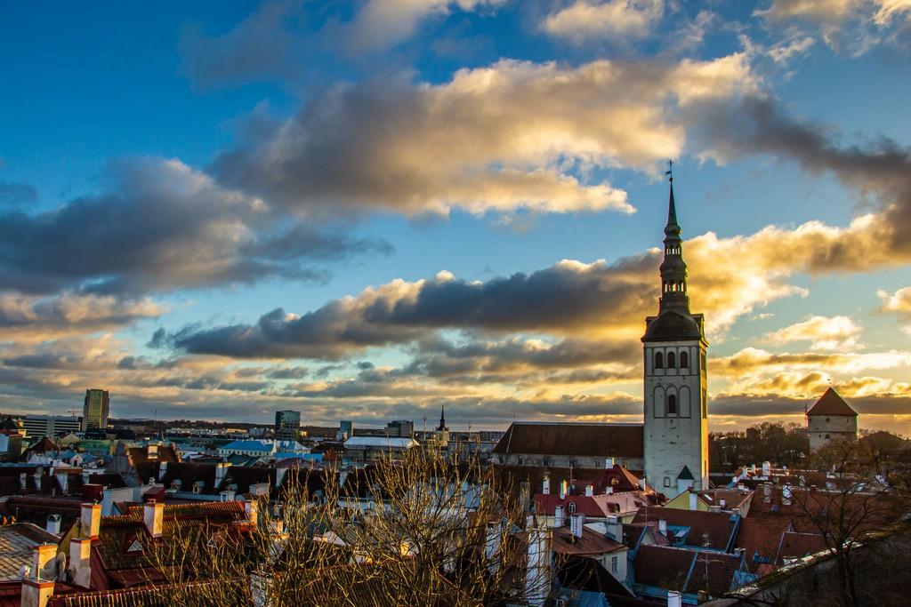 vista del campanile della chiesa e della città dal punto panoramico