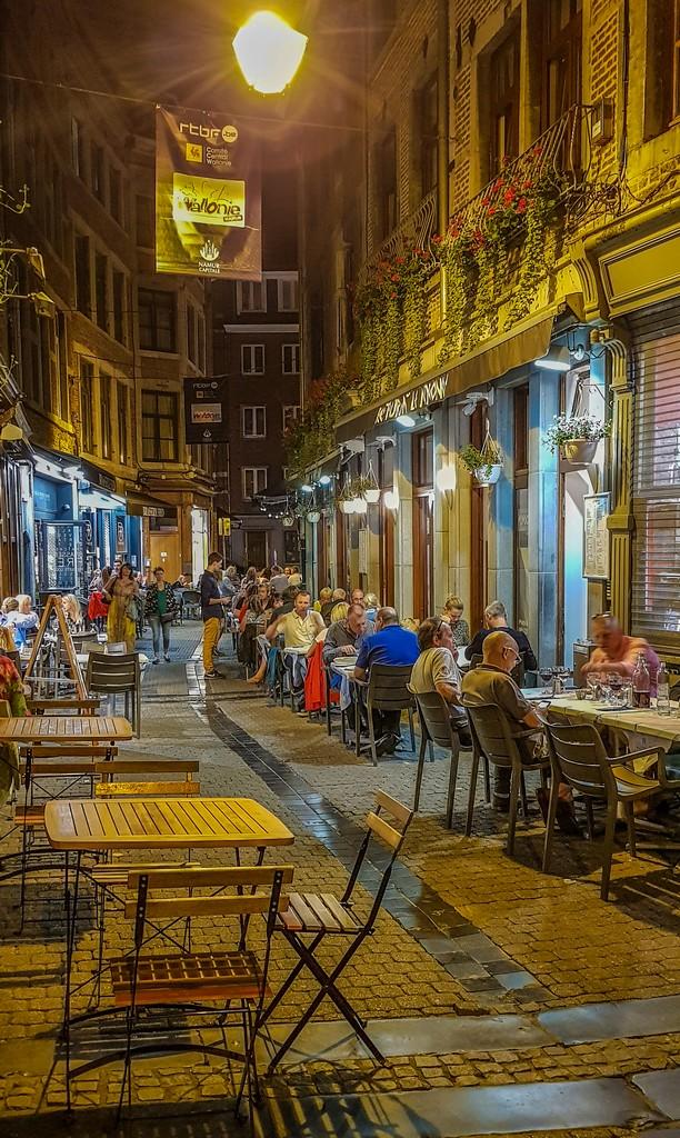 strada pedonale con tavolini all'aperto