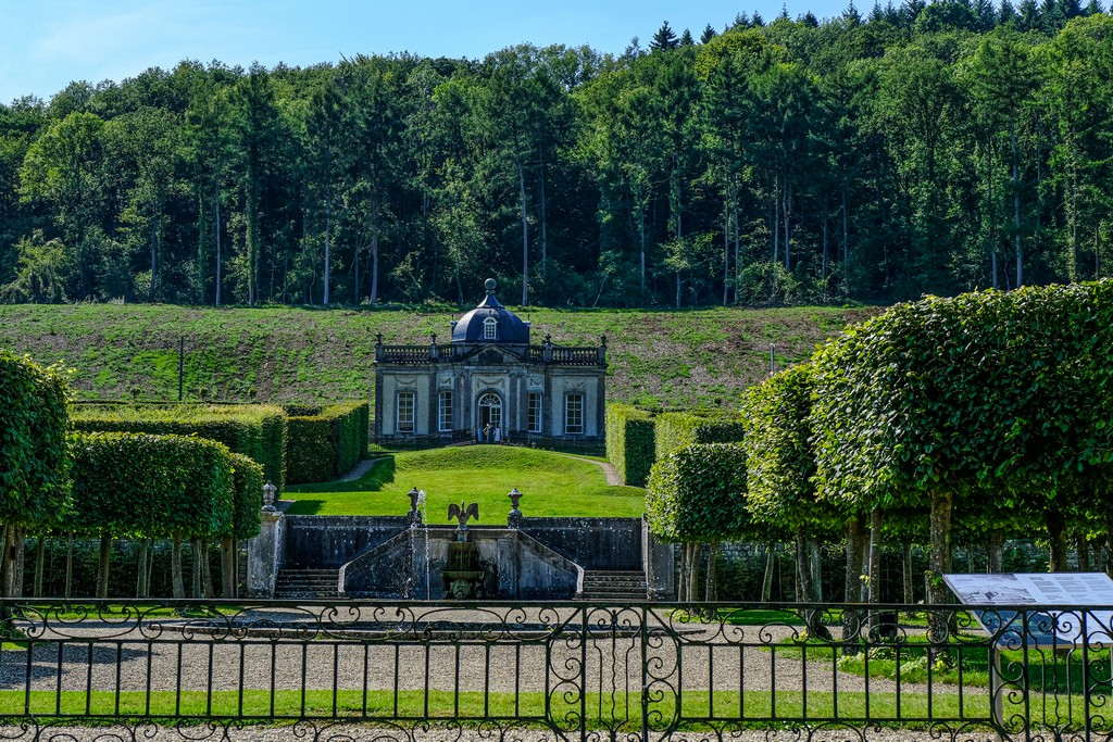 padiglione in altezza rispetto al giardino visto dalla strada
