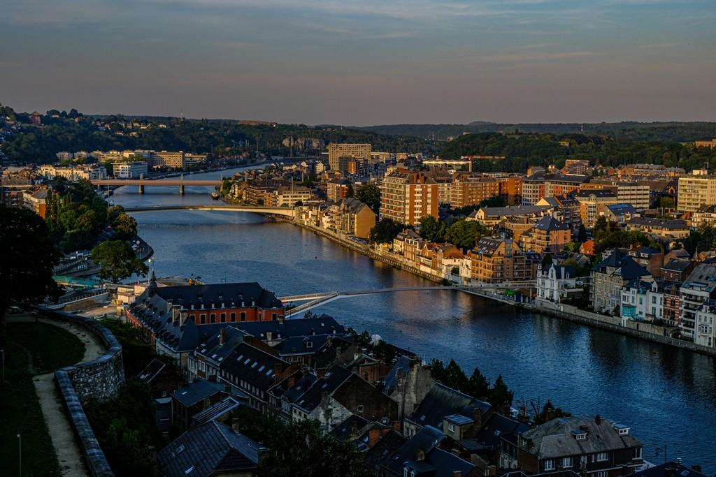 fiume che serpeggia in città al tramonto