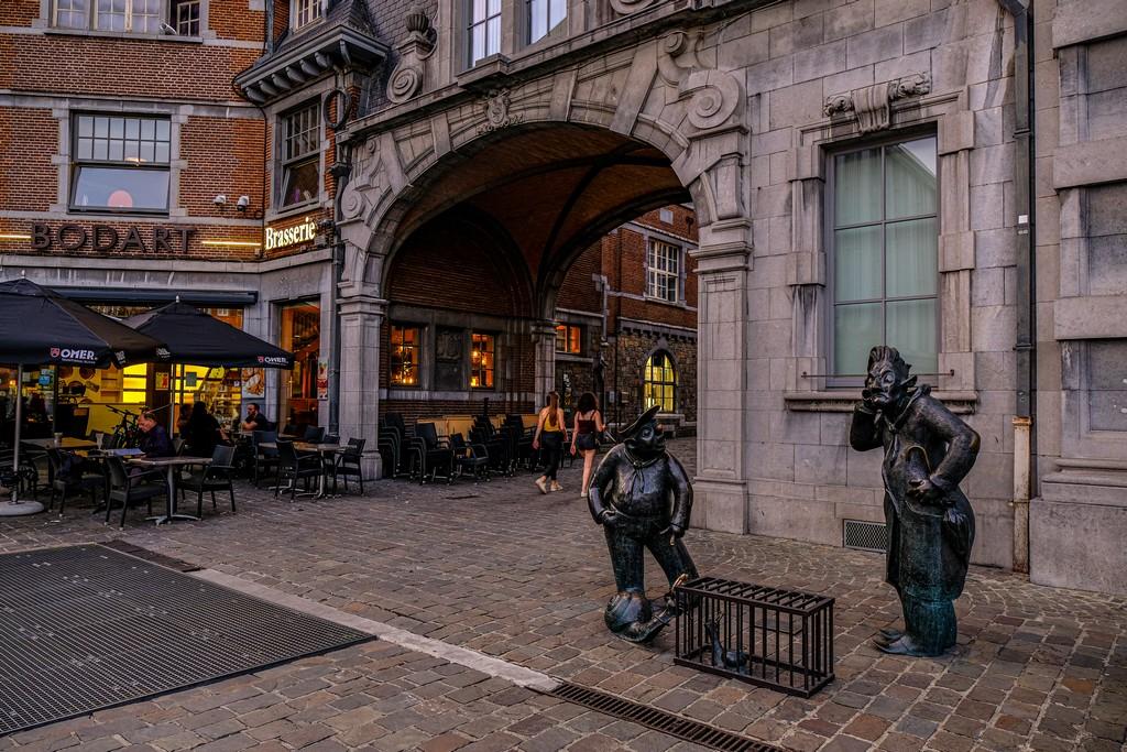 personaggi dei fumetti in statua in città