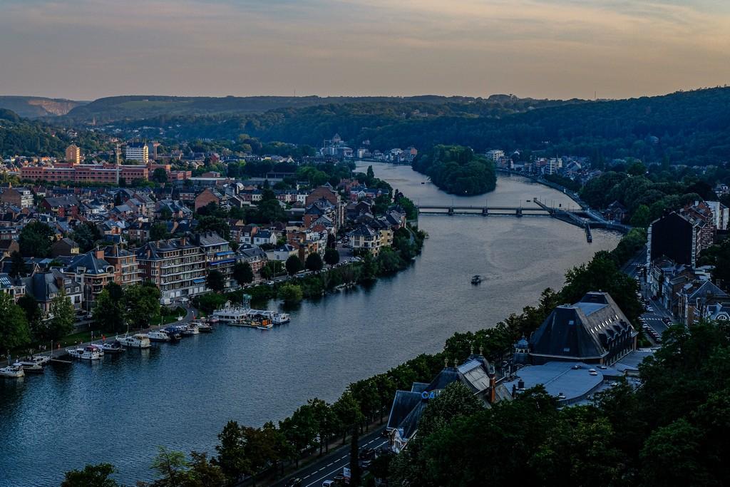 fiume che serpeggia al tramonto in città