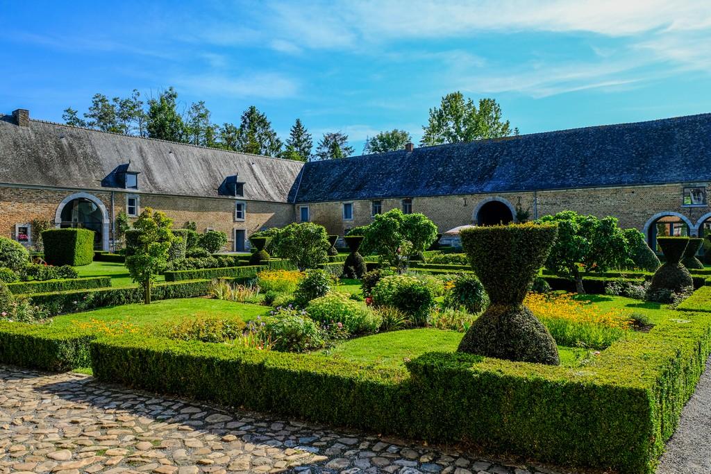 Il giardino antistante il castello