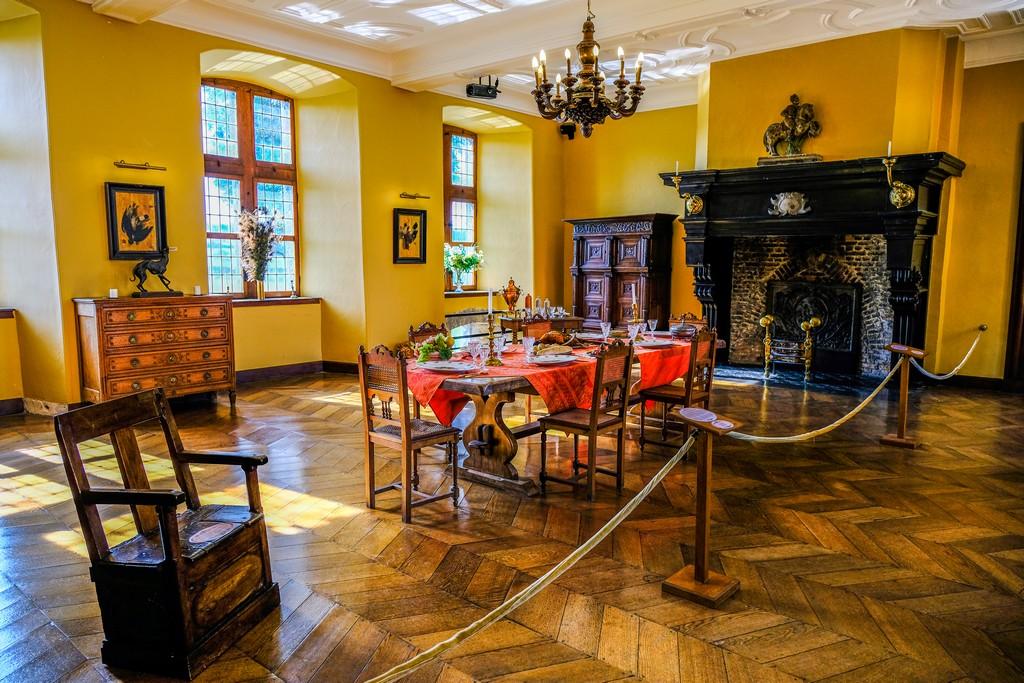 sala gialla con tavolo sedie camino credenze