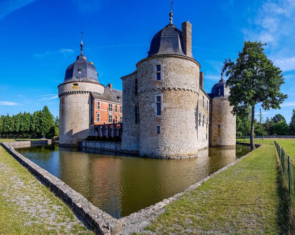 Il parco all'esterno del castello con fossato