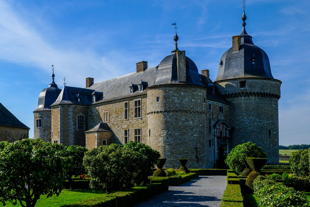 vista della facciata del castello con giardini