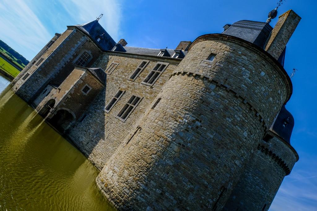 vista obliqua del castello nel fossato su sfondo del cielo