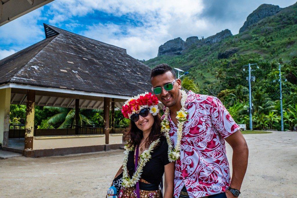 uomo e donna con collane di fiori