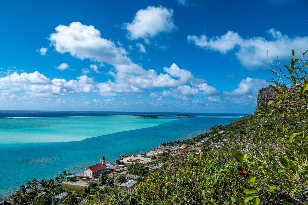 Polinesia low cost panorama dall'alto della laguna con cielo azzurro e nuvole bianche