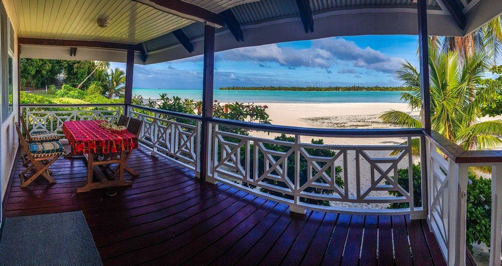 terrazza vista mare con tavolo e sedie